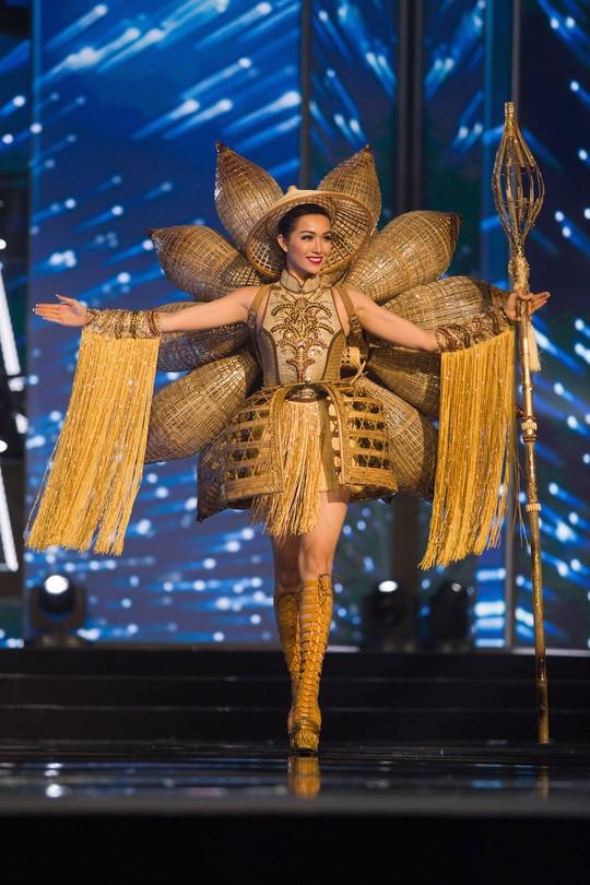 Từ trước khi có cuộc thi thiết kế, phần trang phục dân tộc của đại diện Việt Nam do ai phụ trách?  - Ảnh 3.