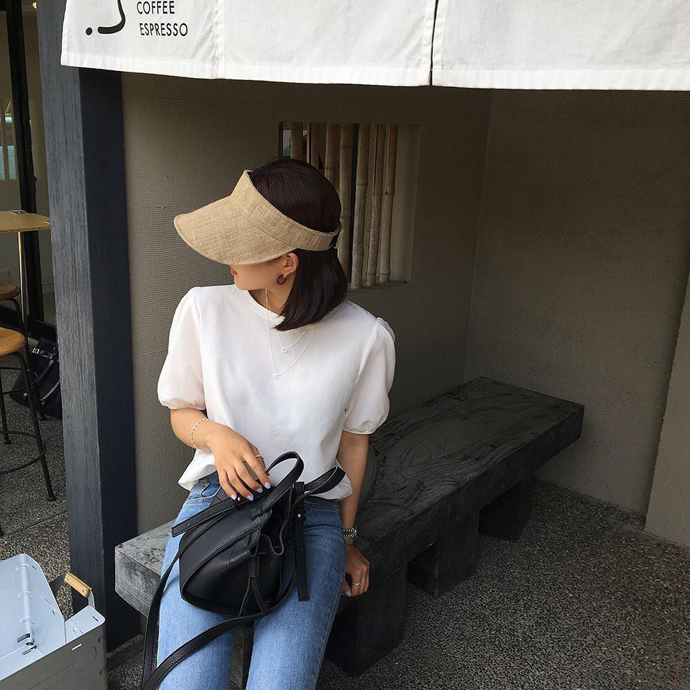 10 set đồ với áo blouse trắng dưới đây sẽ là cẩm nang mặc đẹp cho các chị em công sở suốt hè này  - Ảnh 3.