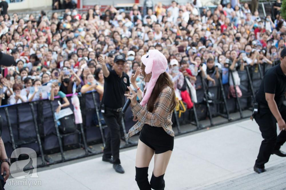 Trước hàng nghìn fan, Hương Giang ghi điểm với vẻ ngoài xinh xắn và đáng yêu hết nấc - Ảnh 13.