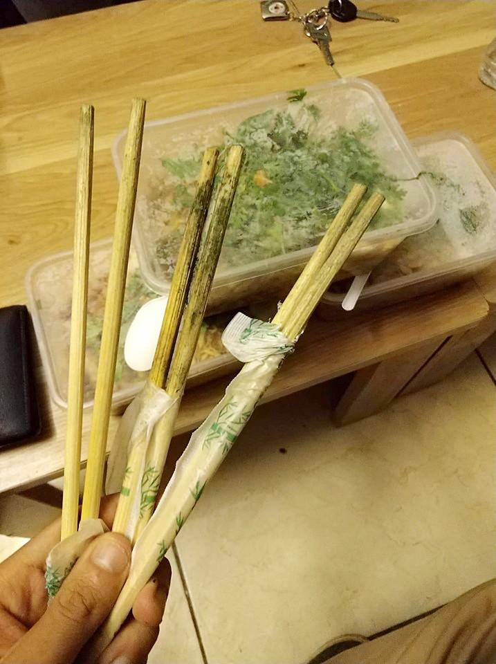 Lại thêm hàng phở nổi tiếng 30 năm phố Quán Thánh bị thực khách tố dùng đũa mốc, rau thối, nhân trộn dính cả ruồi - Ảnh 1.