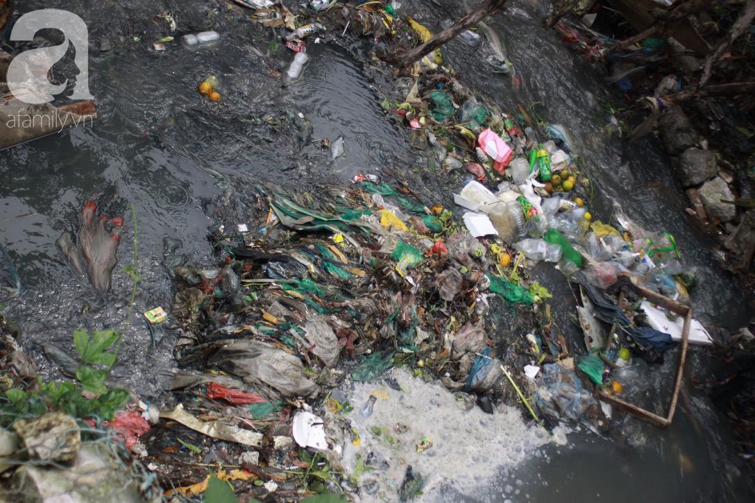 Hà Nội: Cận cảnh núi rác khổng lồ bốc mùi hôi thối nồng nặc dưới chân cầu Long Biên - Ảnh 13.