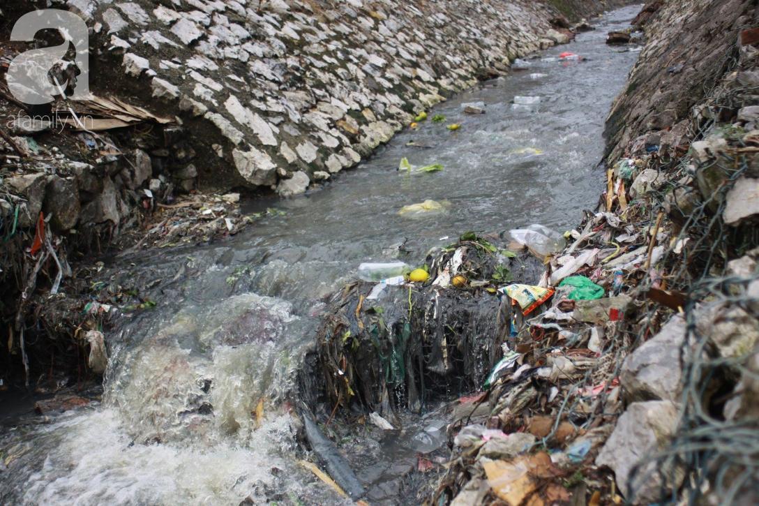 Hà Nội: Cận cảnh núi rác khổng lồ bốc mùi hôi thối nồng nặc dưới chân cầu Long Biên - Ảnh 12.