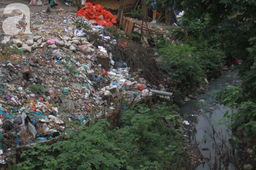 Hà Nội: Cận cảnh núi rác khổng lồ bốc mùi hôi thối nồng nặc dưới chân cầu Long Biên - Ảnh 18.