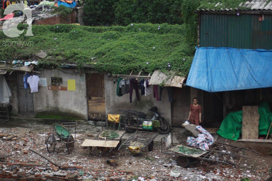 Hà Nội: Cận cảnh núi rác khổng lồ bốc mùi hôi thối nồng nặc dưới chân cầu Long Biên - Ảnh 20.