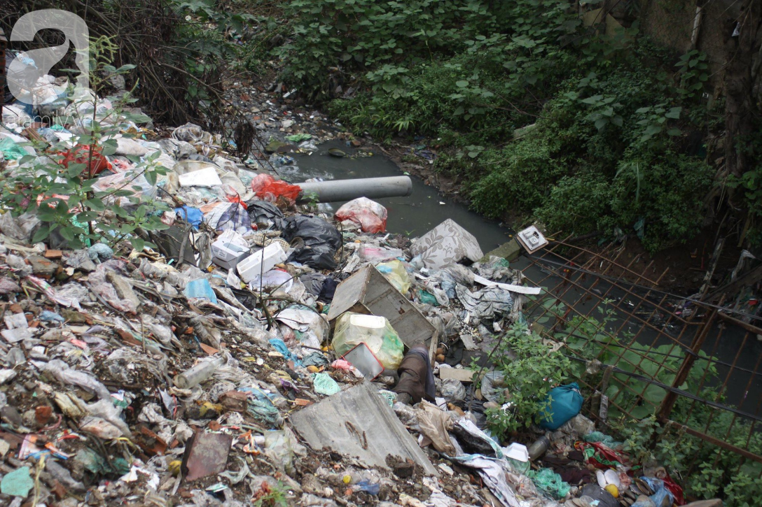 Hà Nội: Cận cảnh núi rác khổng lồ bốc mùi hôi thối nồng nặc dưới chân cầu Long Biên - Ảnh 7.