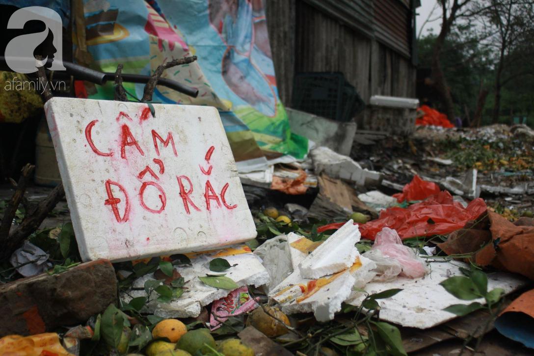 Hà Nội: Cận cảnh núi rác khổng lồ bốc mùi hôi thối nồng nặc dưới chân cầu Long Biên - Ảnh 11.