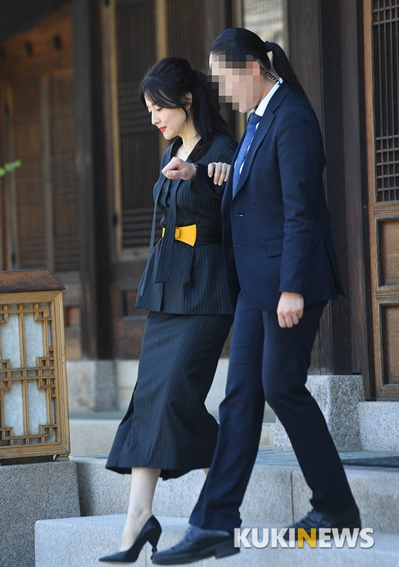 Nàng Dae Jang Geum Lee Young Ae lâu lắm mới dự sự kiện: Được hộ tống như bà hoàng, U50 vẫn đẹp đến mức câm nín - Ảnh 2.