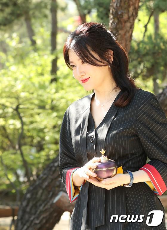 Nàng Dae Jang Geum Lee Young Ae lâu lắm mới dự sự kiện: Được hộ tống như bà hoàng, U50 vẫn đẹp đến mức câm nín - Ảnh 5.