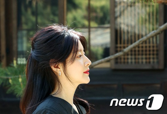 Nàng Dae Jang Geum Lee Young Ae lâu lắm mới dự sự kiện: Được hộ tống như bà hoàng, U50 vẫn đẹp đến mức câm nín - Ảnh 7.