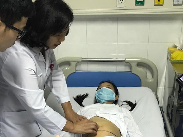 Bé gái 12 tuổi đã bị u quái buồng trứng kích thước gần 20cm: Bác sĩ buộc phải cắt 1 bên buồng trứng  - Ảnh 1.