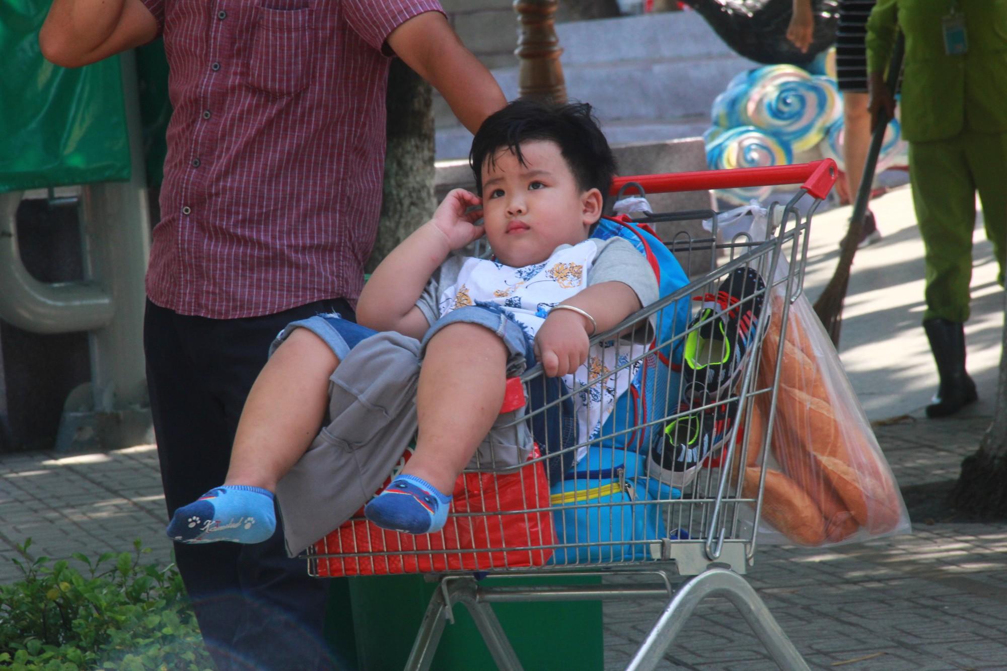 Người lớn ngủ gục, trẻ em nằm vắt vưởng khắp nơi ở Suối Tiên vì nắng nóng trong dịp Tết thiếu nhi 1/6 - Ảnh 15.