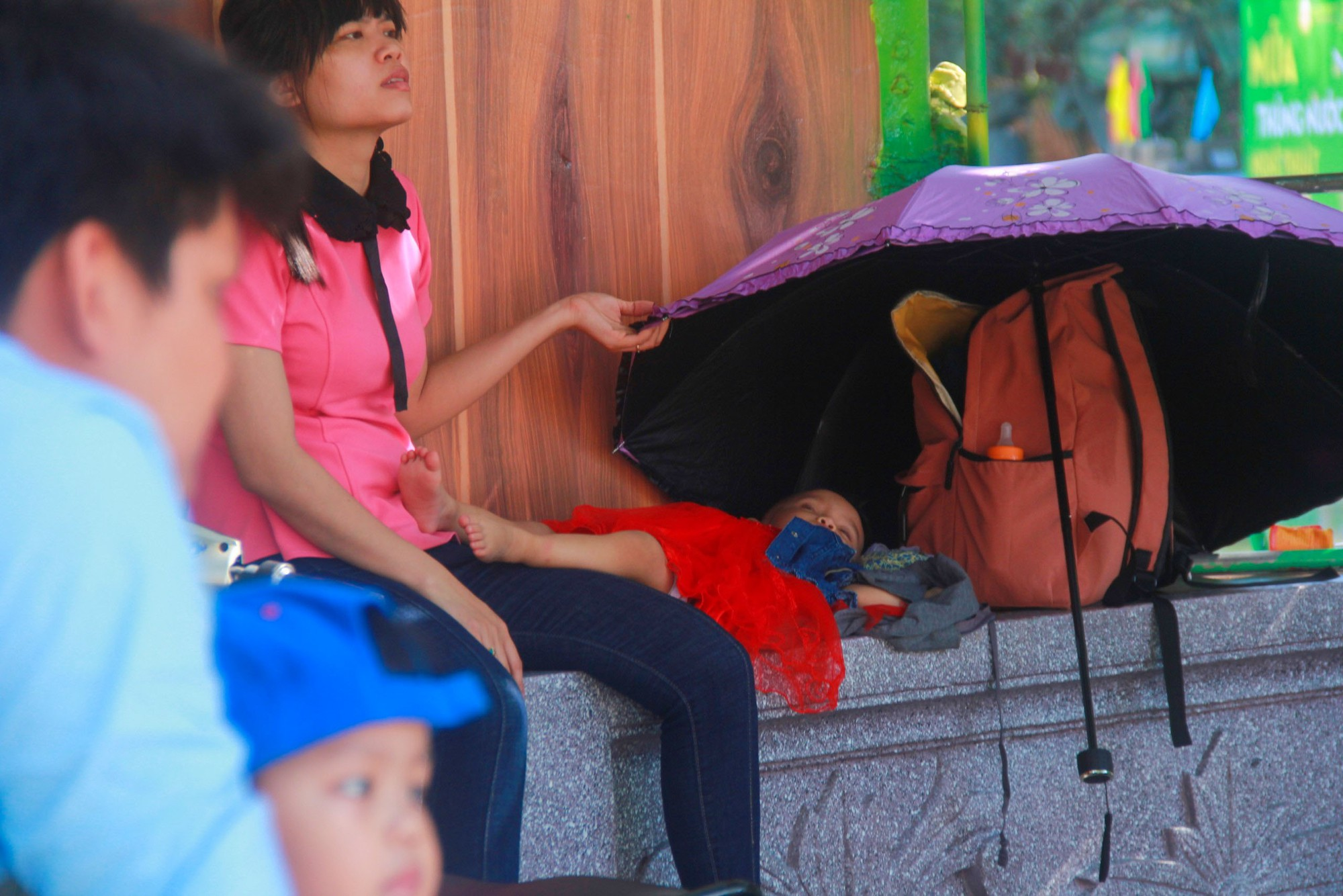 Người lớn ngủ gục, trẻ em nằm vắt vưởng khắp nơi ở Suối Tiên vì nắng nóng trong dịp Tết thiếu nhi 1/6 - Ảnh 9.