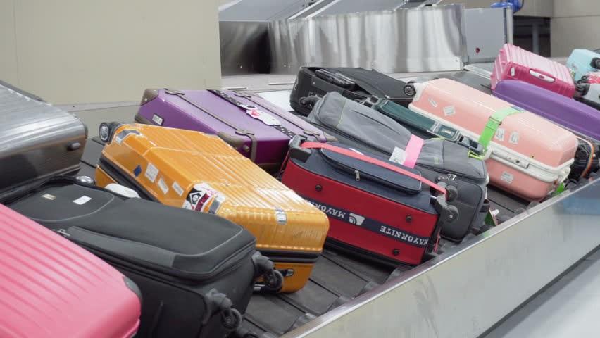 Làm thủ tục cân hành lý trước khi lên máy bay, nam thanh niên phải trả giá đắt cho trò đùa ngớ ngẩn của mình - Ảnh 1.