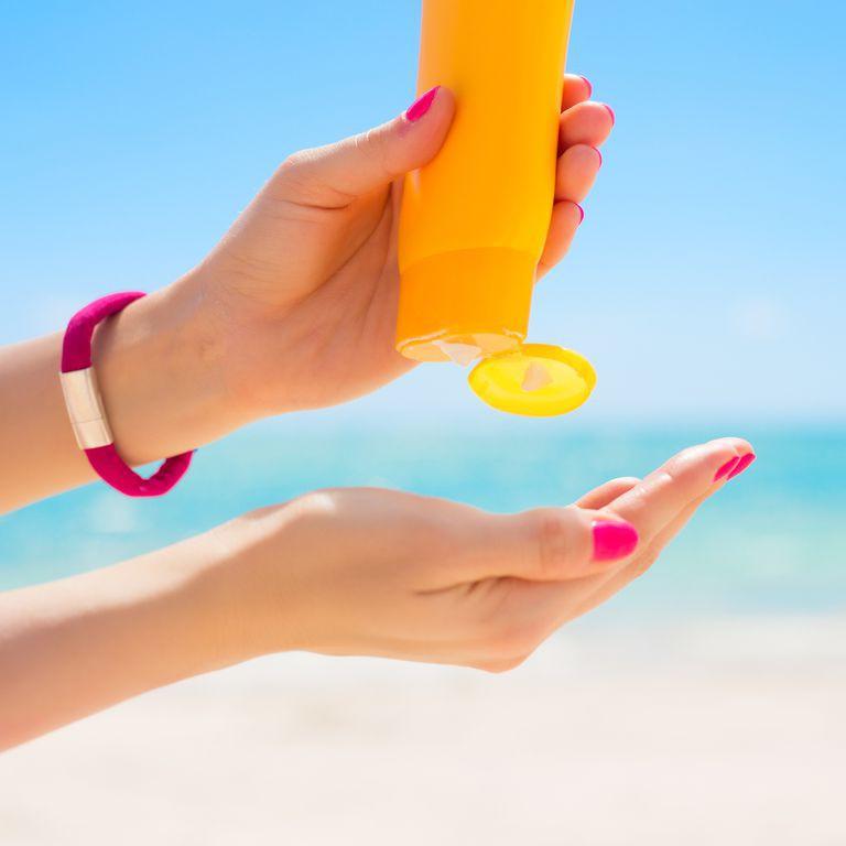 Oxybenzone trong kem chống nắng có hại hay không và tác động của hợp chất này tới sức khỏe con người - Ảnh 1.
