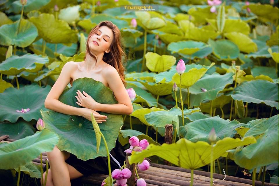 Cô gái Tây chụp ảnh bên hoa sen khiến dân mạng truy lùng danh tính vì quá xinh đẹp - Ảnh 1.