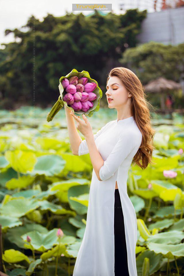 Cô gái Tây chụp ảnh bên hoa sen khiến dân mạng truy lùng danh tính vì quá xinh đẹp - Ảnh 6.