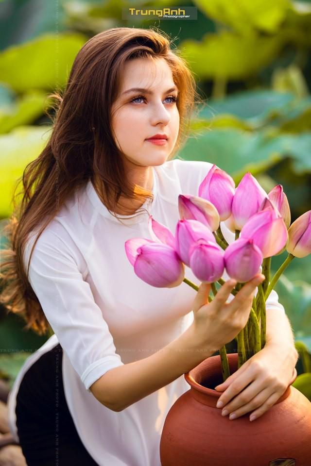 Cô gái Tây chụp ảnh bên hoa sen khiến dân mạng truy lùng danh tính vì quá xinh đẹp - Ảnh 9.