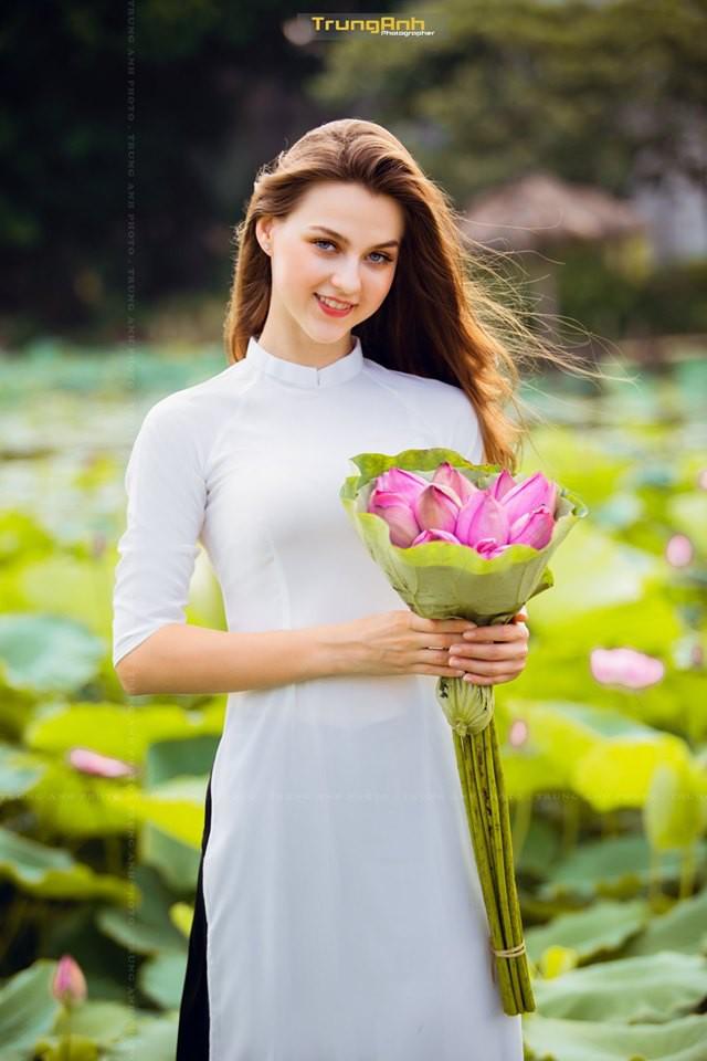 Cô gái Tây chụp ảnh bên hoa sen khiến dân mạng truy lùng danh tính vì quá xinh đẹp - Ảnh 10.
