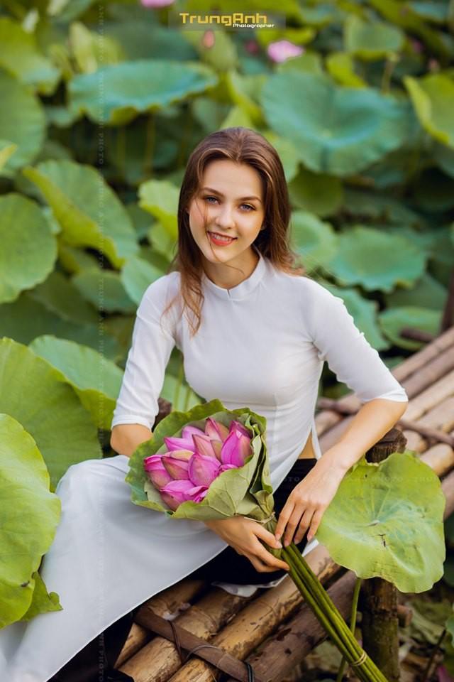 Cô gái Tây chụp ảnh bên hoa sen khiến dân mạng truy lùng danh tính vì quá xinh đẹp - Ảnh 13.