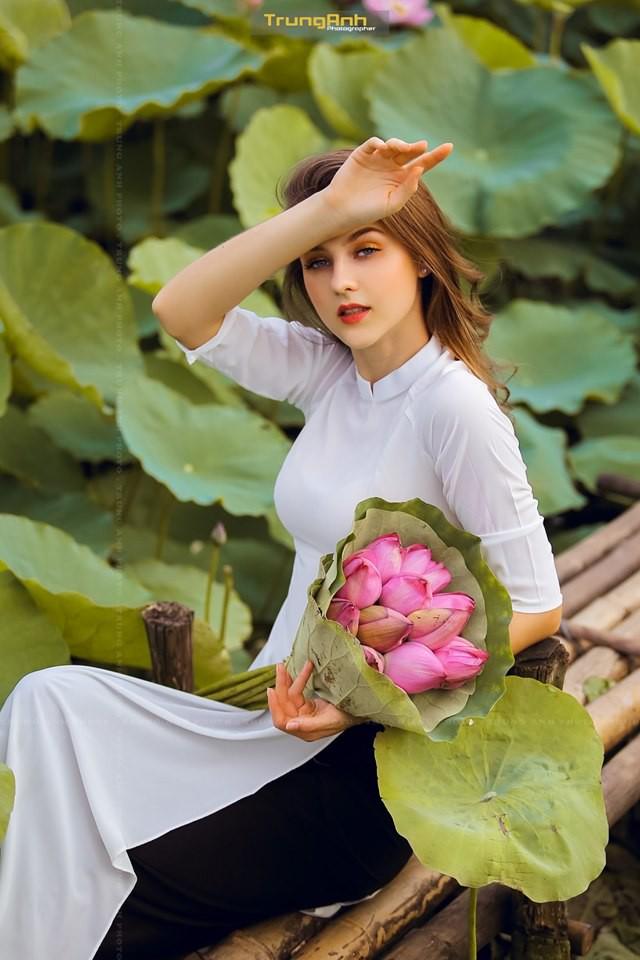 Cô gái Tây chụp ảnh bên hoa sen khiến dân mạng truy lùng danh tính vì quá xinh đẹp - Ảnh 14.