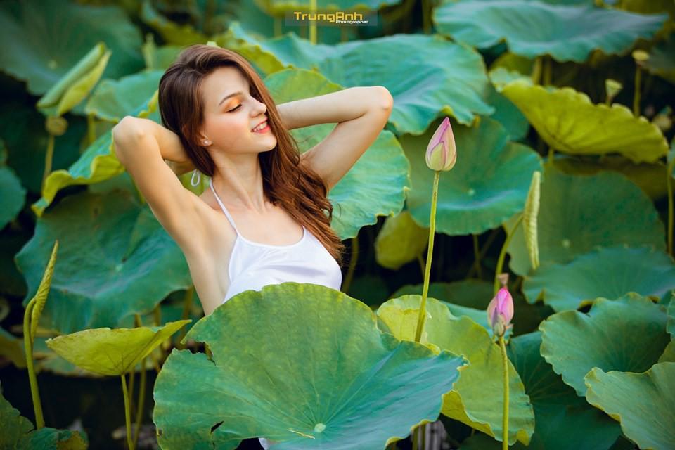 Cô gái Tây chụp ảnh bên hoa sen khiến dân mạng truy lùng danh tính vì quá xinh đẹp - Ảnh 16.