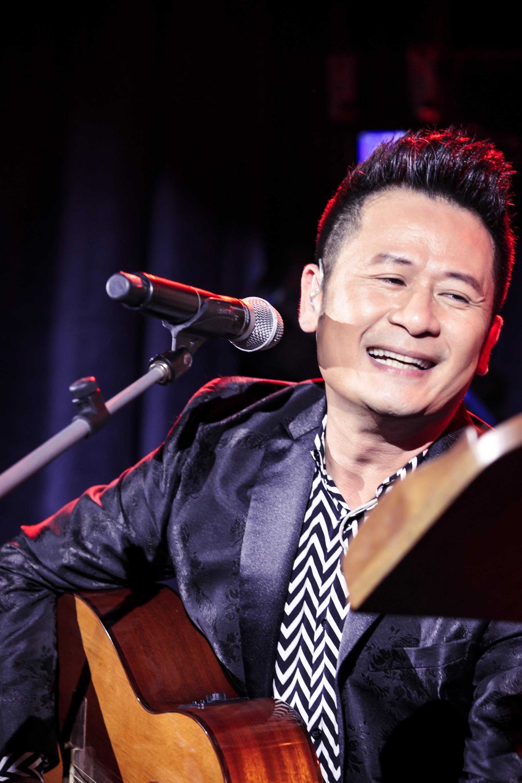 Bằng Kiều xúc động vì được tặng điếu cày trên sân khấu kỷ niệm 30 năm ca hát  - Ảnh 6.