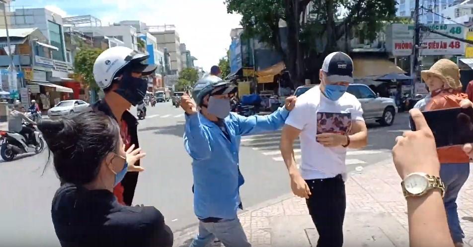 Lê Dương Bảo Lâm bị hành hung khi đang phát cơm từ thiện, đại diện nam diễn viên khẳng định không phải dàn dựng - Ảnh 4.