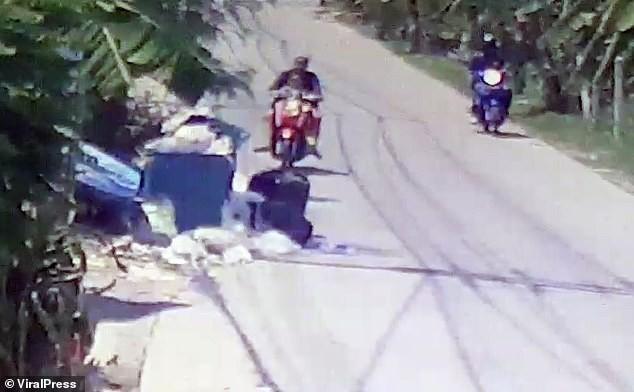 Thái Lan: Ác phụ nhẫn tâm đem con sơ sinh vẫn còn dây rốn vất lại ở bãi rác ven đường giữa trưa nắng nóng - Ảnh 1.