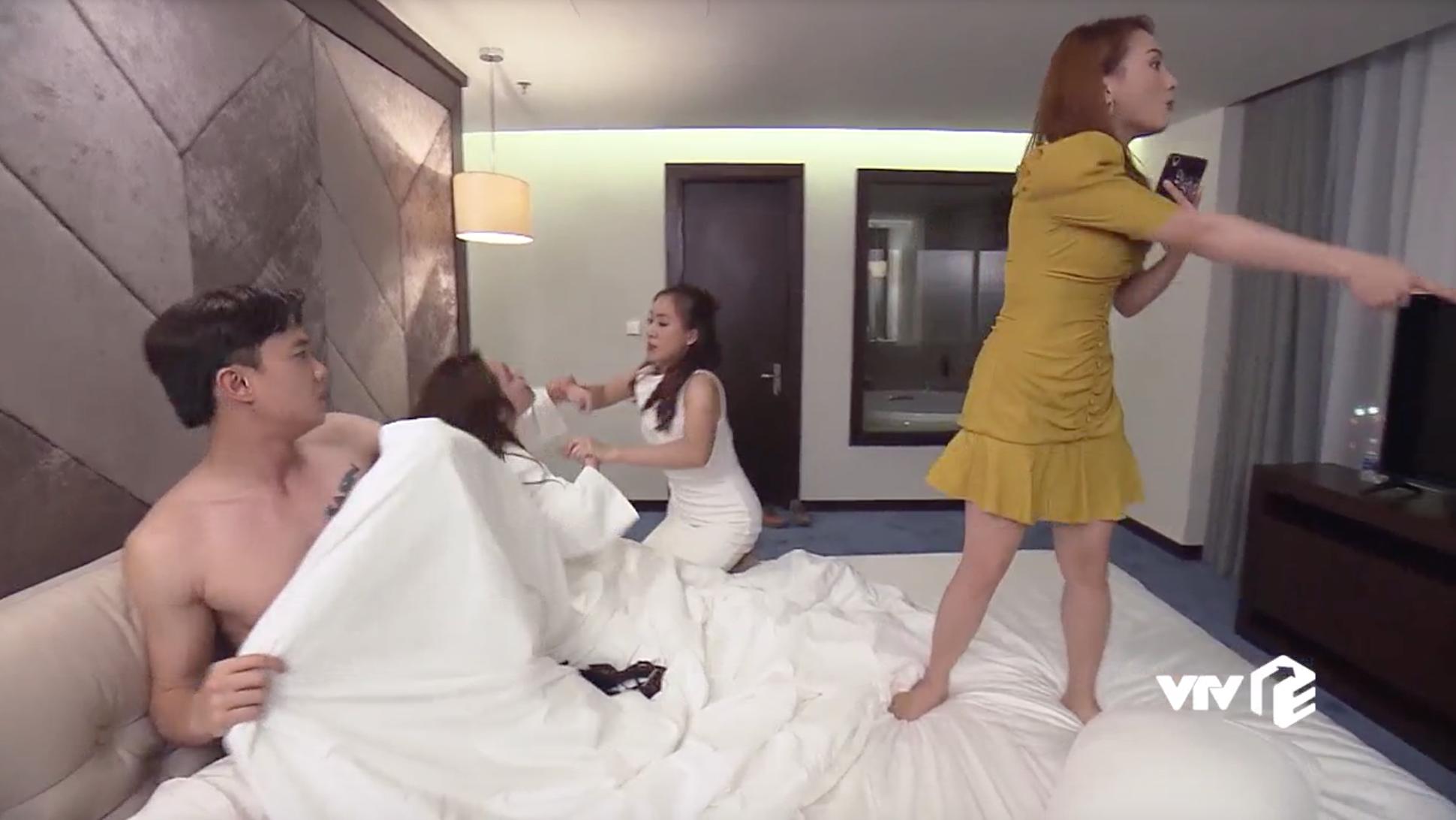 """""""Về nhà đi con"""" tập 42: Thư gây náo loạn với màn đánh ghen """"ngược"""" Vũ, bắt gian ngay tại giường - Ảnh 6."""