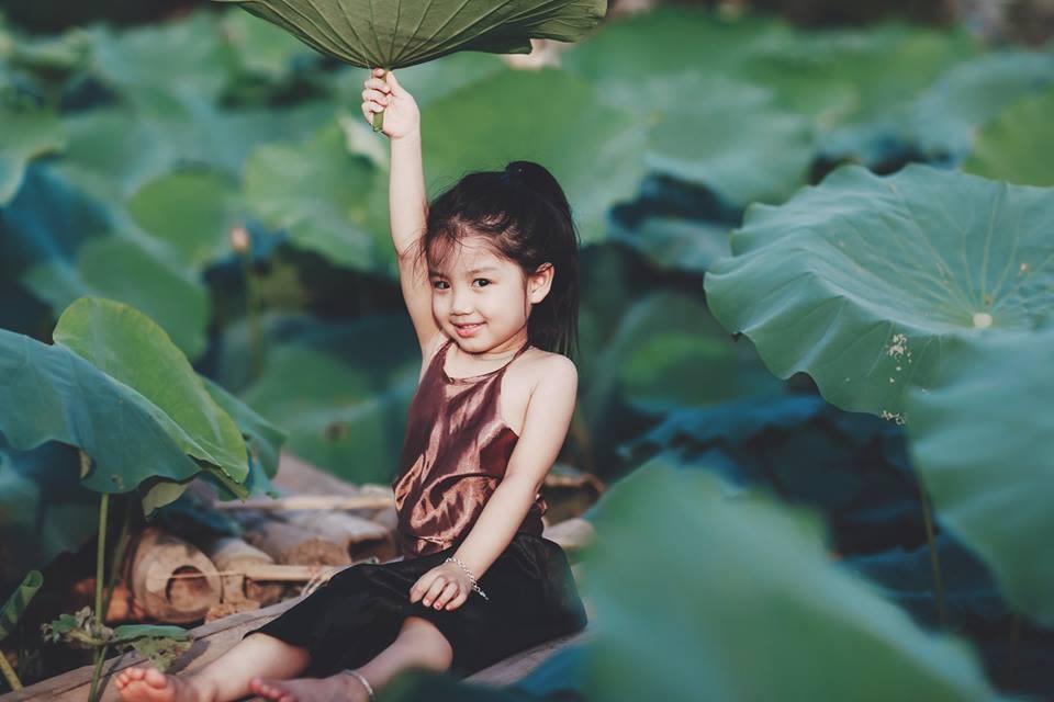 """Giữa """"cơn bão"""" tranh cãi về trào lưu chụp ảnh ở hồ sen, bộ ảnh em bé với hoa sen trong trẻo khiến các mẹ mê mẩn - Ảnh 9."""