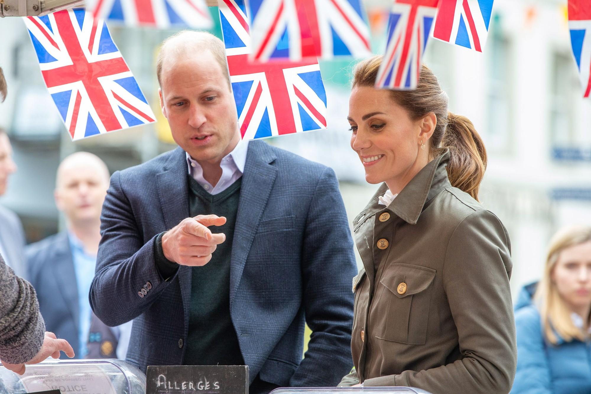 Hãy xem phản ứng của Kate Middleton khi bị một bé gái hỏi 'Tại sao cô không mặc váy công chúa Elsa?' - Ảnh 1.