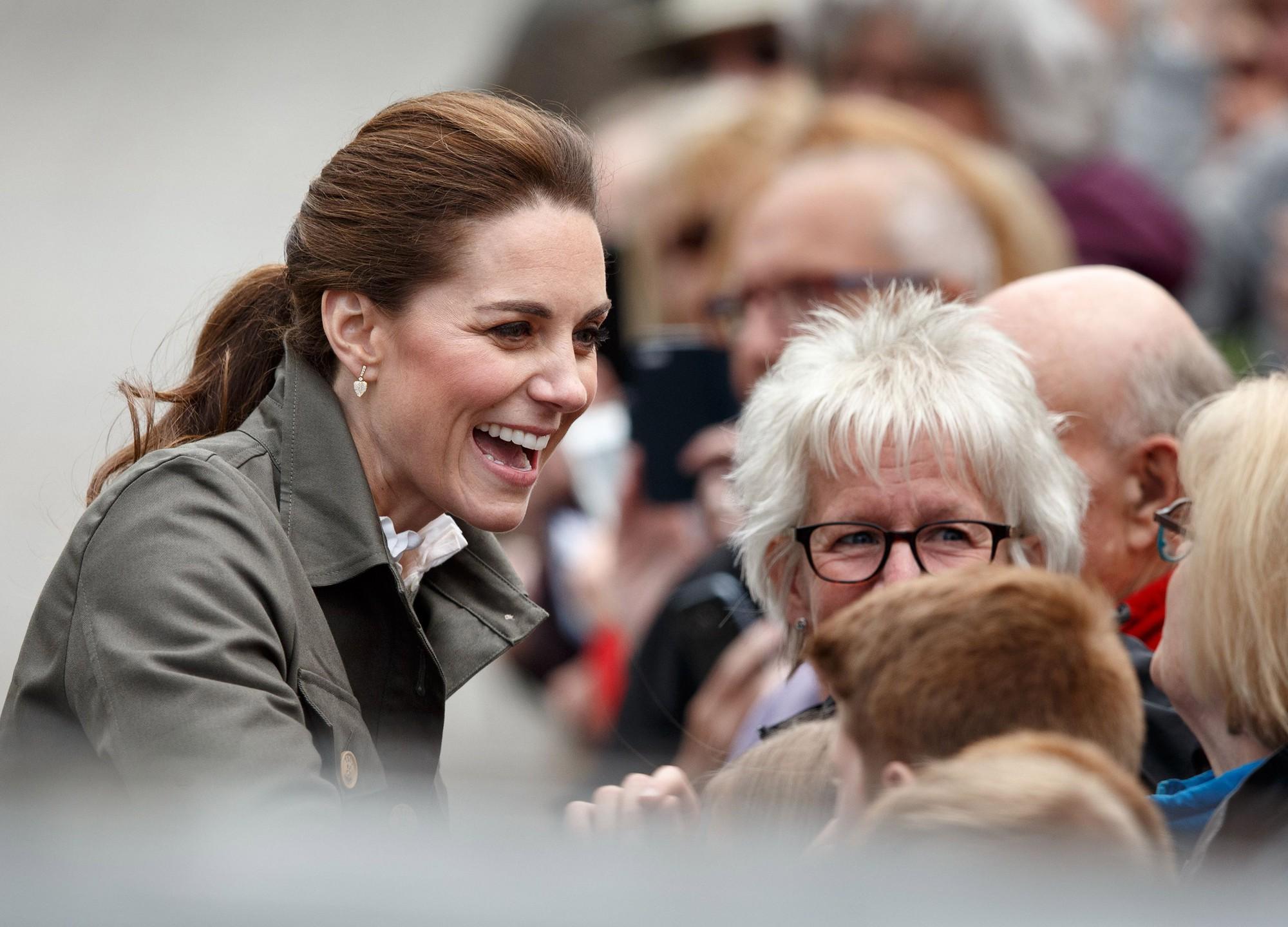 Hãy xem phản ứng của Kate Middleton khi bị một bé gái hỏi 'Tại sao cô không mặc váy công chúa Elsa?' - Ảnh 4.