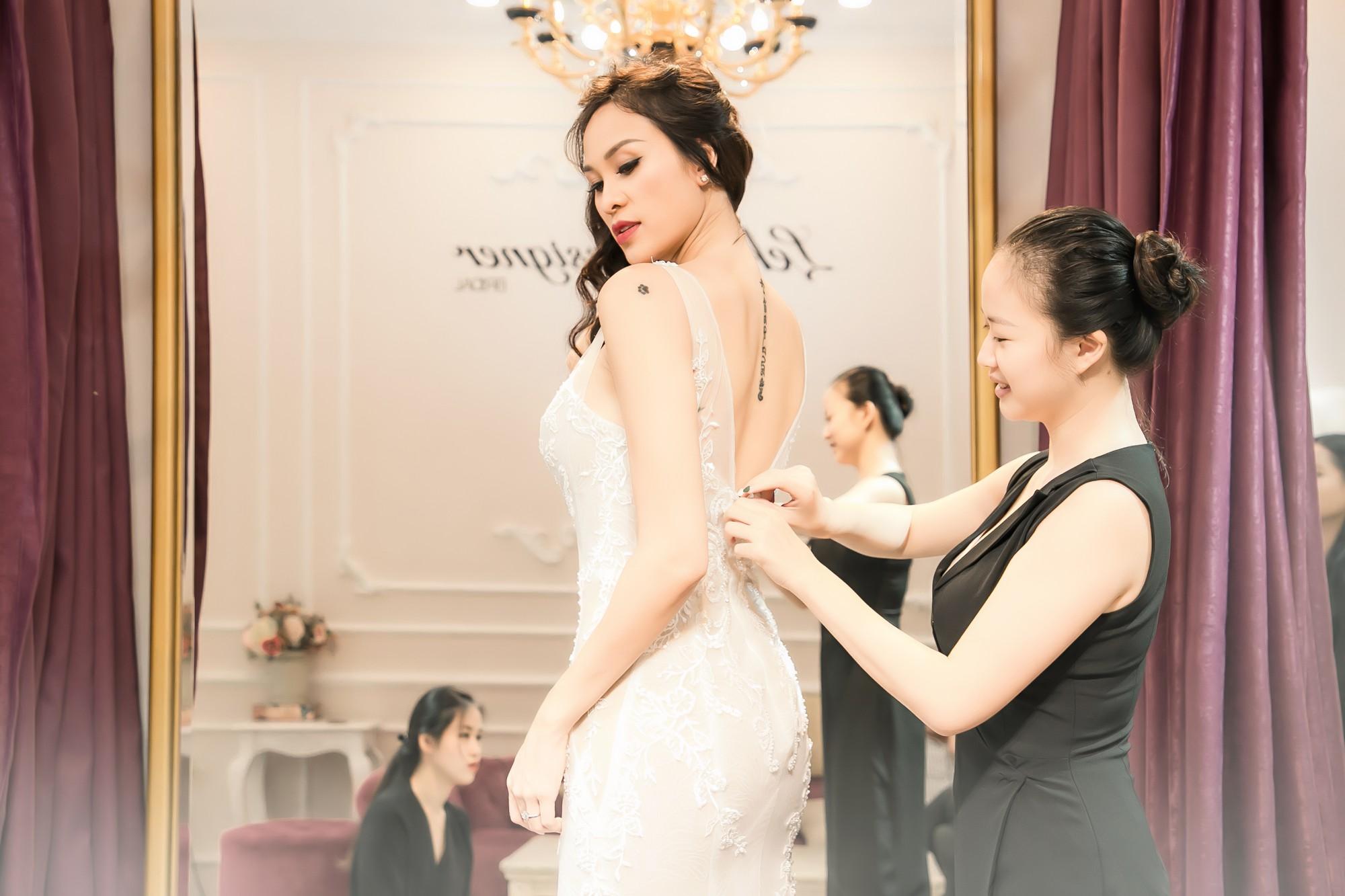 Chồng Tây gia thế khủng của Phương Mai diện áo phông giản dị, liên tục dành nhiều cử chỉ ngọt ngào cho vợ  - Ảnh 2.
