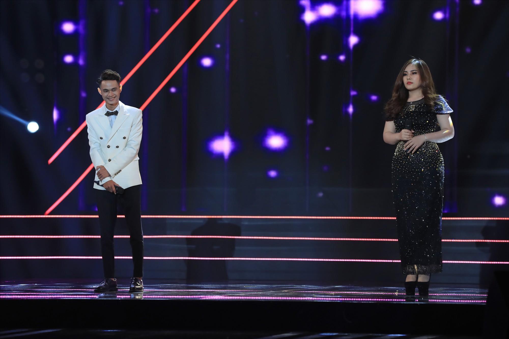 Trấn Thành khoe giọng trên sân khấu nhưng khán giả chỉ chú ý tới... chiếc quần của anh - Ảnh 10.