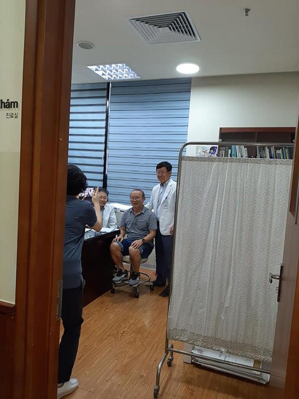 """Hậu King's Cup, HLV Park Hang-seo phải vào viện kiểm tra sức khoẻ nhưng vẫn """"ghi điểm"""" chỉ nhờ hành động nhỏ này! - Ảnh 1."""