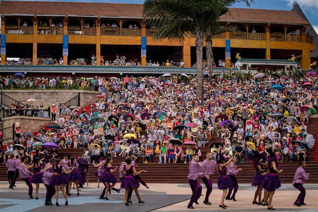 Vũ hội Ánh Dương - ấn tượng trong từng bộ trang phục cầu kỳ - Ảnh 1.