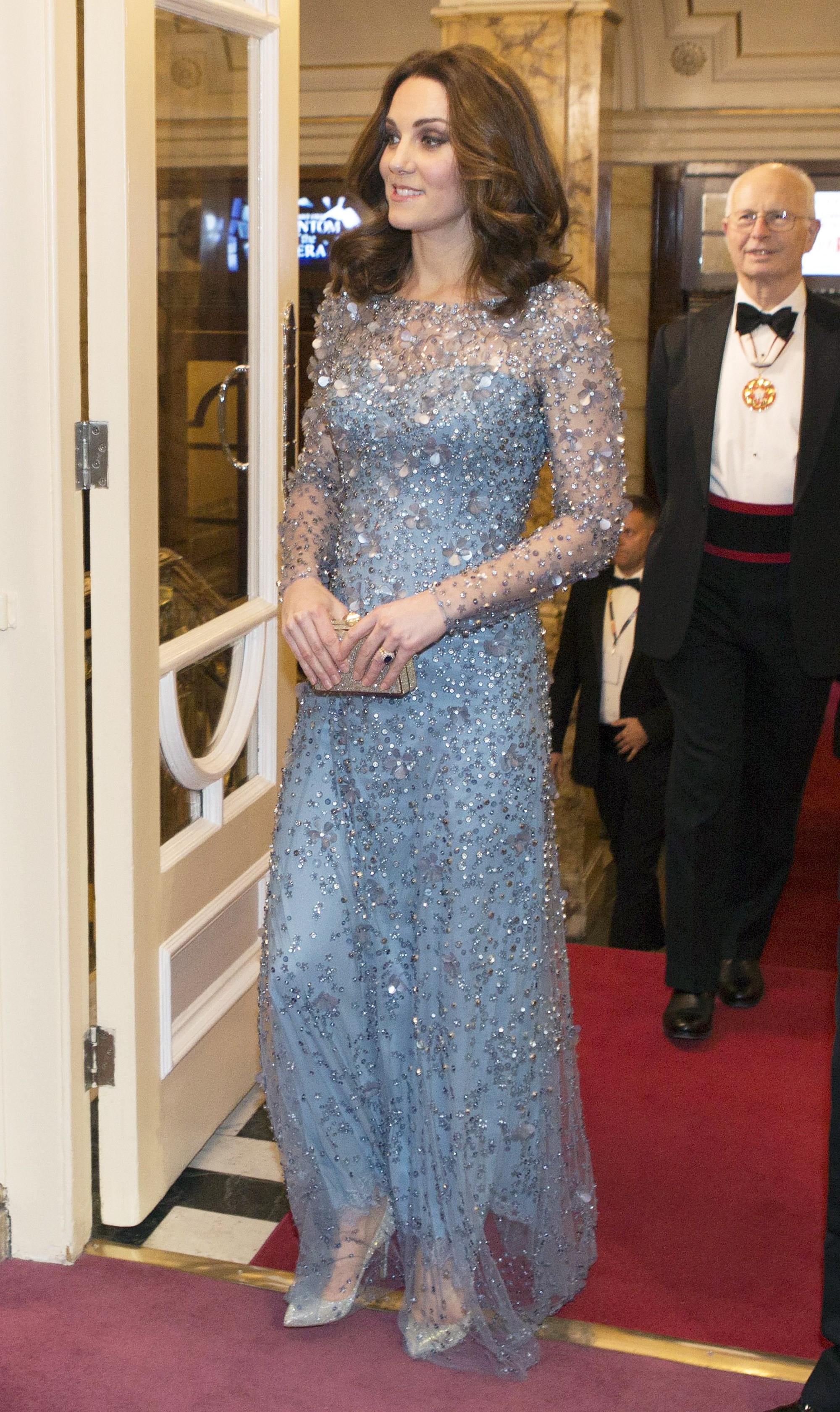 Hãy xem phản ứng của Kate Middleton khi bị một bé gái hỏi 'Tại sao cô không mặc váy công chúa Elsa?' - Ảnh 3.