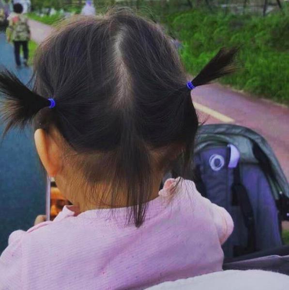 """""""Mỹ nhân ảnh nóng"""" Thang Duy bất ngờ chia sẻ hình ảnh hiếm hoi của con gái nhỏ, đôi chân dài thon thả cực giống mẹ  - Ảnh 2."""