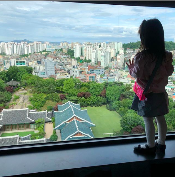 """""""Mỹ nhân ảnh nóng"""" Thang Duy bất ngờ chia sẻ hình ảnh hiếm hoi của con gái nhỏ, đôi chân dài thon thả cực giống mẹ  - Ảnh 1."""