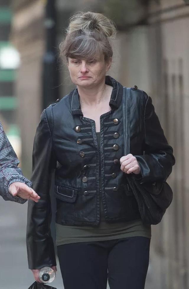 Bị bạn trai ngăn cản vì mang quá nhiều quần áo đi du lịch, bà chị U50 tức giận cầm dao đâm luôn một nhát - Ảnh 3.