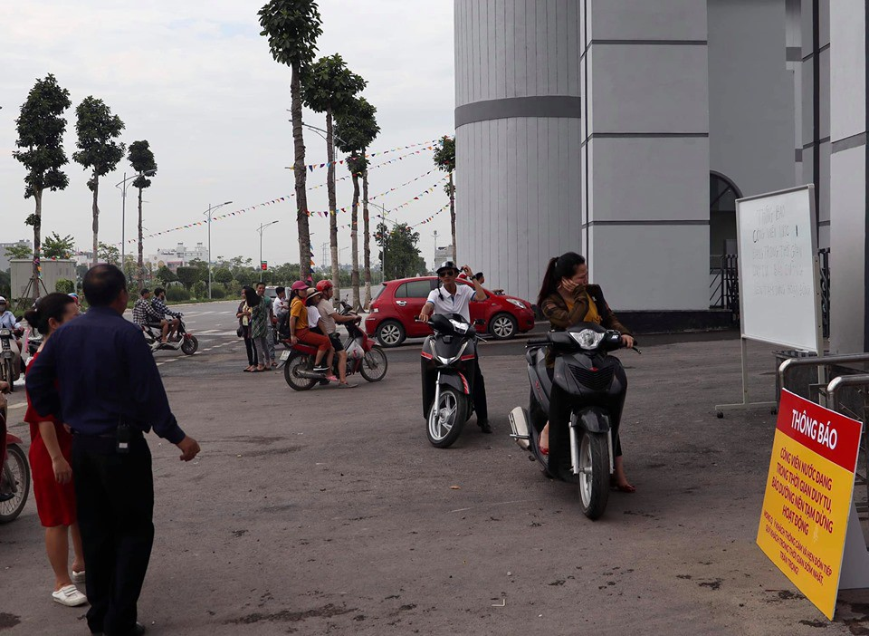 Công viên nước Thanh Hà tạm dừng hoạt động sau sự cố bé trai đuối nước, nhiều gia đình từ xa đến đành quay về - Ảnh 2.