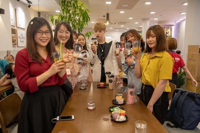 ĐứcPhúc họp fan tại một quán trà sữa xinh xắn - Ảnh 3.
