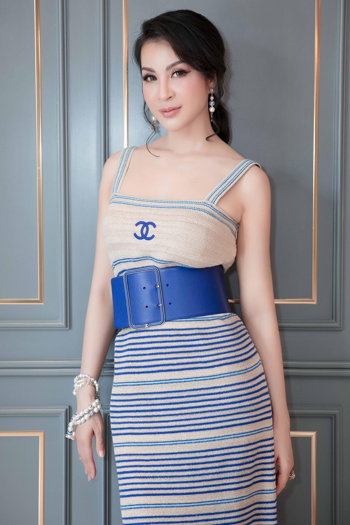MC Thanh Mai khoe lưng trần gợi cảm ở tuổi trung niên - Ảnh 1.