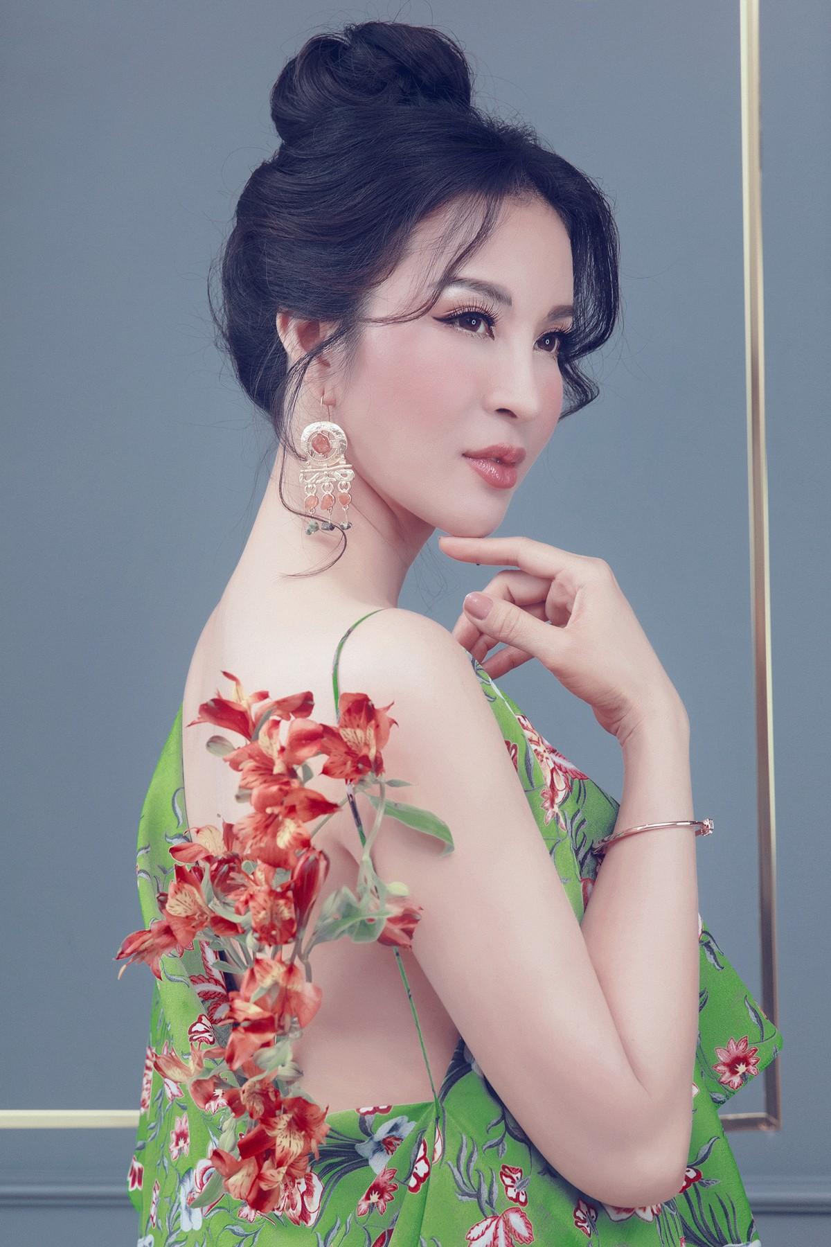 MC Thanh Mai khoe lưng trần gợi cảm ở tuổi trung niên - Ảnh 7.