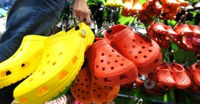 Giày dép kiểu mới gắn hình thú trang trí hút người dân Sài Gòn - Ảnh 1.