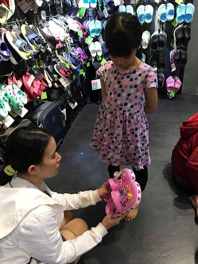Giày dép kiểu mới gắn hình thú trang trí hút người dân Sài Gòn - Ảnh 10.