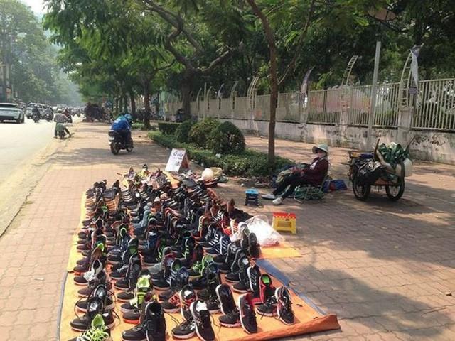 Giày dép kiểu mới gắn hình thú trang trí hút người dân Sài Gòn - Ảnh 13.