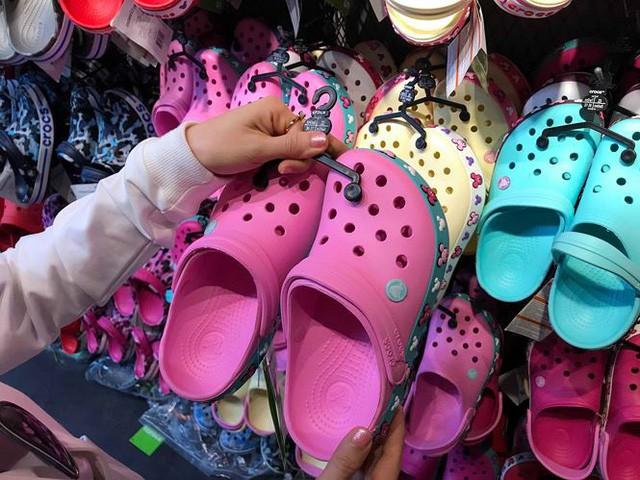 Giày dép kiểu mới gắn hình thú trang trí hút người dân Sài Gòn - Ảnh 2.