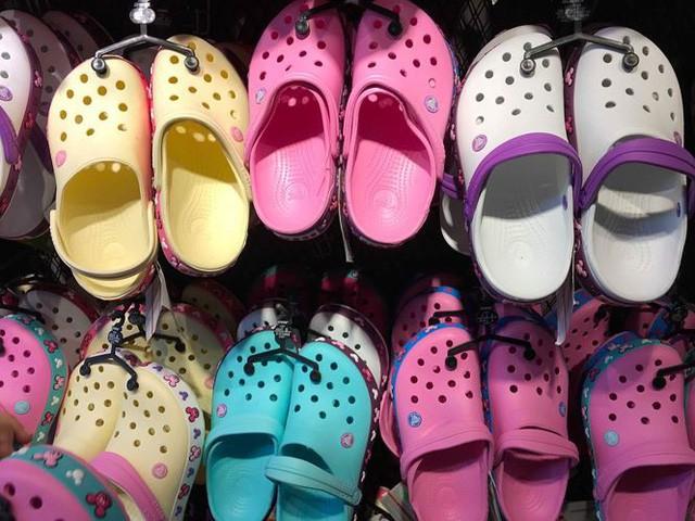 Giày dép kiểu mới gắn hình thú trang trí hút người dân Sài Gòn - Ảnh 3.