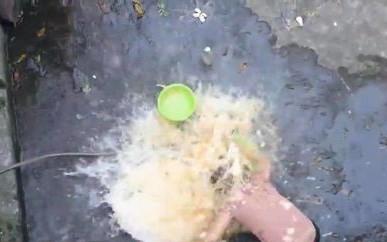 """Ăn mừng kênh Youtube đạt 20k sub, con trai đổ nguyên thau trứng lên đầu mẹ rồi quay clip khoe """"chiến tích"""" khiến nhiều người phẫn nộ"""